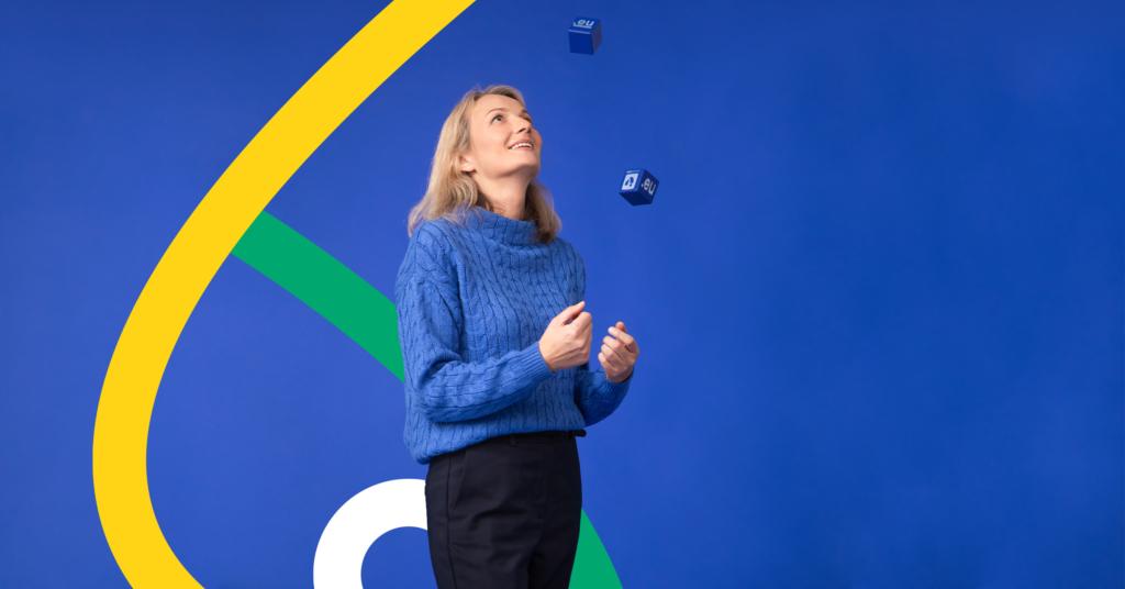 Mergina žongliruoja kubais. Skalebiama .EU domeno akcija.
