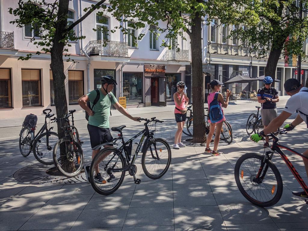 Žmonės su dviračiais laisvės Alėjoje.
