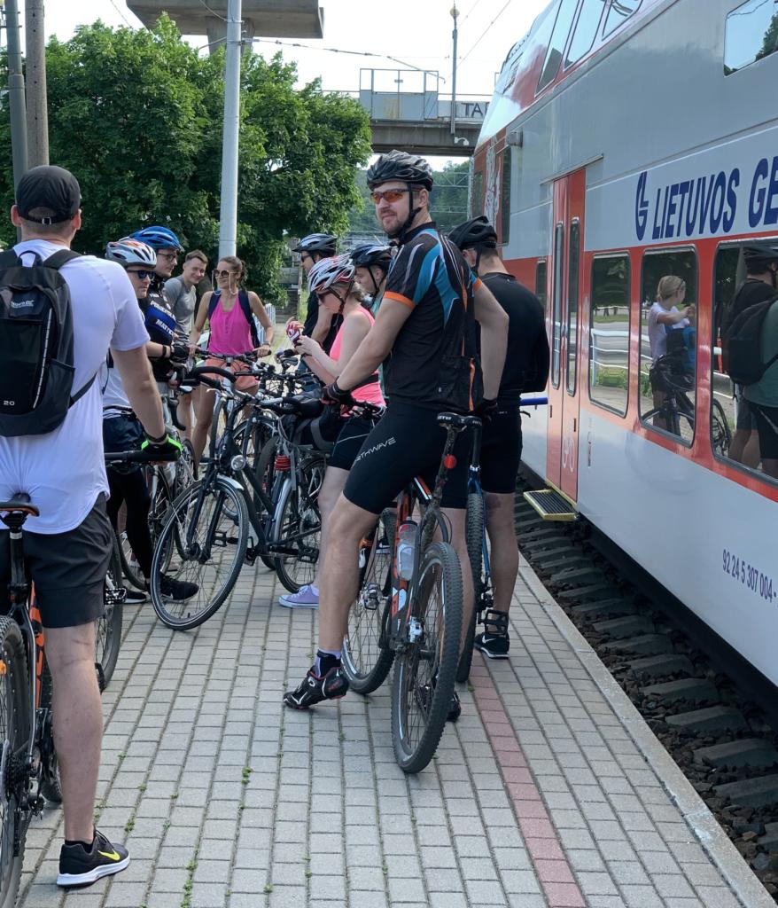Dviratininkai laipinami į traukinį